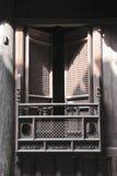 Holz geschnitztes Fenster im alten chinesischen Gebäude Stockfotos