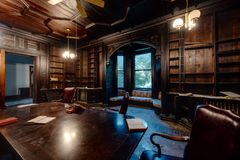 Holz getäfelte Bibliothek - verlassene Villa und Krankenhaus Tioranda - New York stockfotografie