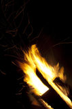 Holz im Feuer mit Funken Stockfotos
