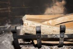 Holz im Kamin stockbilder