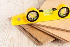 Holz-lamellenförmig angeordneter Bodenbelag Stockbilder