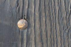 Holz mit altem Bolzen Stockfoto