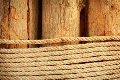 Holz mit Seil Stockbilder