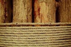 Holz mit Seil Lizenzfreies Stockfoto