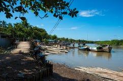 Holz und Bambus, die auf alte Boote in Mrauk-U geladen wird Lizenzfreie Stockfotos