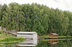 Holz und Metall verschüttet auf dem Teich Stockbild