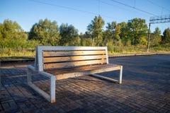 Holz- und metallbank auf dem railstop lizenzfreie stockbilder