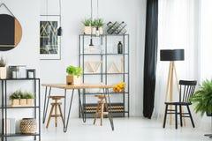 Holz- und Metallmöbel lizenzfreies stockbild
