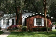 Holz und Ziegelstein-Häuschen Stockbild