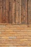 Holz- und Ziegelsteinhintergrund Lizenzfreie Stockfotos