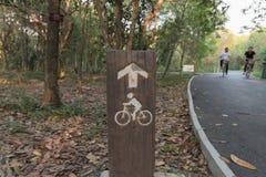 Holz unterzeichnet Radfahrer Stockfotografie