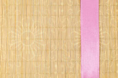 Holz, Weidenhintergrund mit rosa Band Stockbilder