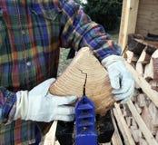 Holz wird aufgespaltet stockbild