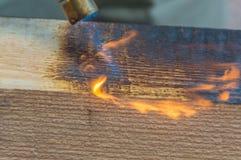 Holz wird mit Feuer behandelt stockfotografie