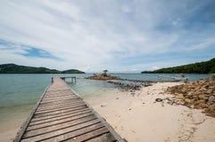 Holzanlegestelle zum Meer in Borneo, Malaysia Stockbilder