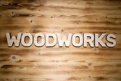 Holzarbeitwort machte von den Holzklotzblockschrift auf hölzernem Brett lizenzfreies stockfoto