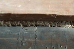Holzbalken Altes Haus die Sprünge werden mit Schleppseil bedeckt als buil lizenzfreies stockbild