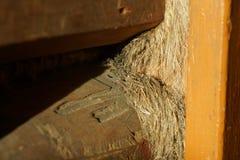 Holzbalken Altes Haus die Sprünge werden mit Schleppseil bedeckt als buil stockfotos