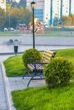 Holzbank auf der Promenadenseebucht Stockfoto