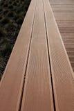 Holzbank auf der Straße Stockfotografie