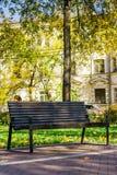 Holzbank in einem ruhigen Stadtpark Lizenzfreies Stockbild