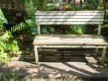 Holzbank im Garten Lizenzfreie Stockbilder