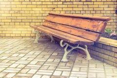 Holzbank im Park Stockfotos