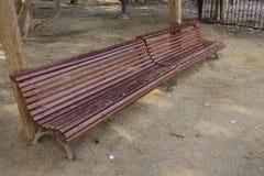 Holzbank im Park stockbilder