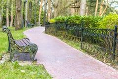 Holzbank im Park, Stockfoto