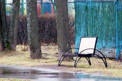 Holzbank im ruhigen Stadtpark Stockbild