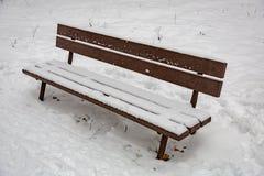 Holzbank im Schnee Stockfotografie