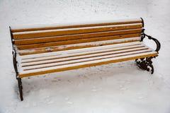 Holzbank im Schnee Stockbilder