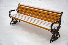 Holzbank im Schnee Lizenzfreies Stockbild