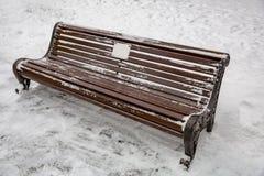 Holzbank im Schnee Lizenzfreie Stockbilder