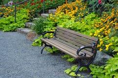 Holzbank im Sommergarten Stockfotos