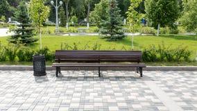 Holzbank im Stadtpark Stockfotografie