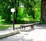 Holzbank im Stadtpark lizenzfreies stockfoto