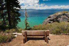 Holzbank mit Blick auf Lake Tahoe Stockfotografie