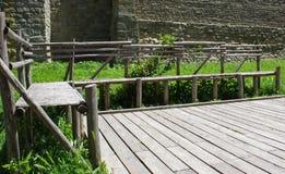 Holzbank nahe dem alten Schloss Lizenzfreies Stockbild