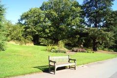 Holzbank oder Sitz in den königlichen botanischen Gärten, Kew, London, England Stockbilder
