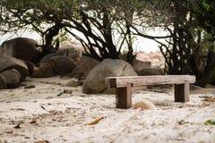 Holzbank am Strand Stockfotos
