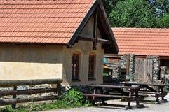 Holzbank und Türen in der kleinen Hütte Stockfoto