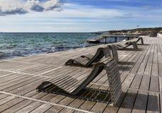 Holzbanken auf Küste Lizenzfreies Stockbild