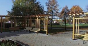 Holzbanken und Entwürfe im Park stock video
