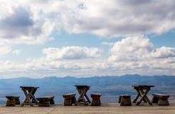 Holzbanken und Tabellen in den Bergen Lizenzfreies Stockfoto