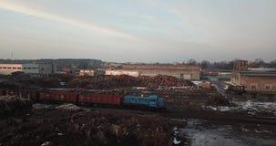 Holzbearbeitungsfabrik Kran sortiert das woodTrain, das durch Schiene an einer Holzbearbeitungsfabrik reist stock video