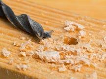 Holzbohrer auf Holzoberfläche mit Chips Stockfotos