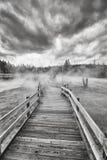 Holzbrücke über dampfigem Gelände in Yellowstone Nationalpark Stockbild
