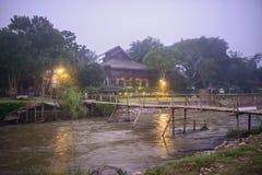 Holzbrücke über dem Fluss Stockfotografie