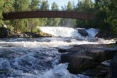 Holzbrücke über dem Fluss, Norwegen lizenzfreie stockfotografie